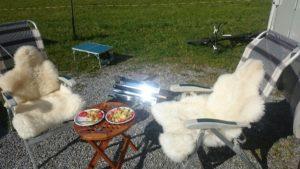 solární vařič a karavan v přírodě